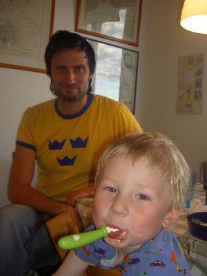 Per och Viggo äter glass