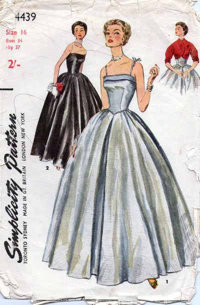 381705a99150 Även detta är ett av mammas gamla mönster, och det använde jag när jag  sydde klänning till studentbalen 1988. Då sydde jag den i mörkrött, men  visst är den ...
